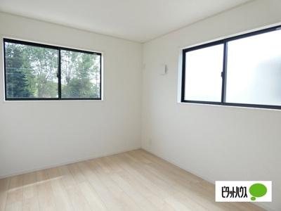 【2号棟】洋室 明るい床材を採用した洋室♪各居室収納付きです!