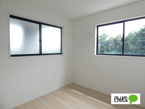 【2号棟】洋室 二面採光により長時間にわたり日差しが差し込む明るい洋室♪