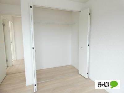 【2号棟】収納 クローゼット:シンプルデザインの建具。室内に落ち着きと安らぎを与えてくれます。