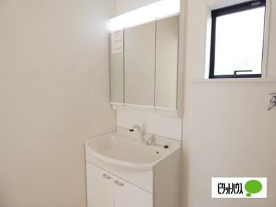 【1号棟】洗面室 やわらかな朝の光を感じられる窓がついた洗面所☆彡