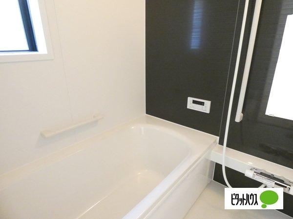 【1号棟】浴室 くつろげる広さ1坪浴室♪足を延ばして一日の疲れを癒しましょう♪