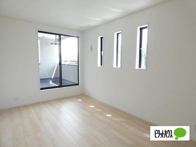 【1号棟】洋室 明るい床材を採用した洋室♪各居室収納付きです!