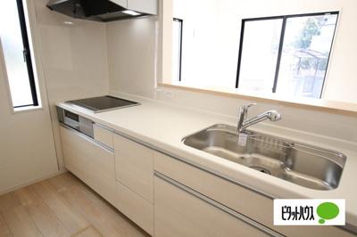 【1号棟】キッチン 対面キッチン採用でご家族様との会話も弾みます。床下収納もついています。
