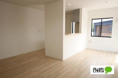 【1号棟】LDK 明るい内装材を採用することで温かい空間を演出しています。