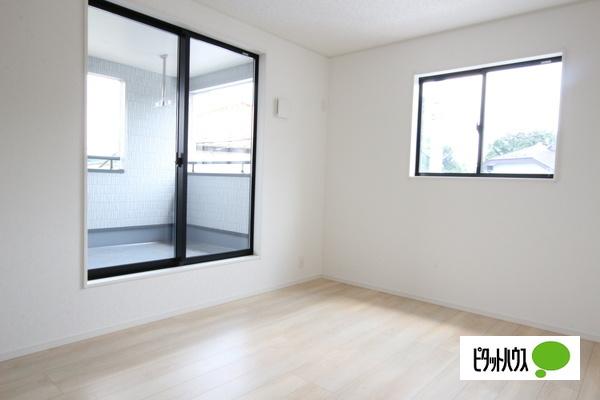 【1号棟】洋室 バルコニーに面した居室。2面採光で明るく風通しも良好です。