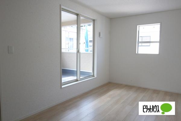 【35号棟】洋室 バルコニーに面した居室。2面採光で明るく風通しも良好です。