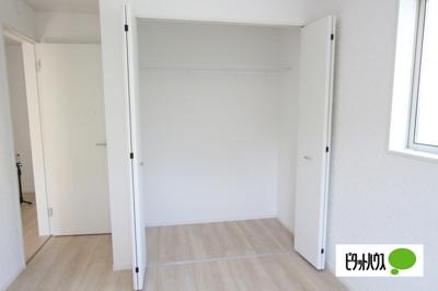 【35号棟】収納 クローゼット:シンプルデザインの建具。室内に落ち着きと安らぎを与えてくれます。