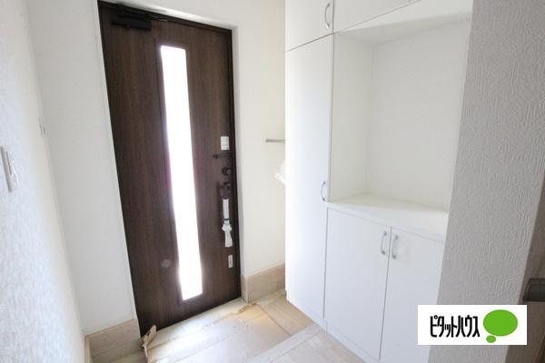 【35号棟】玄関 明るい内装材を採用した玄関です♪