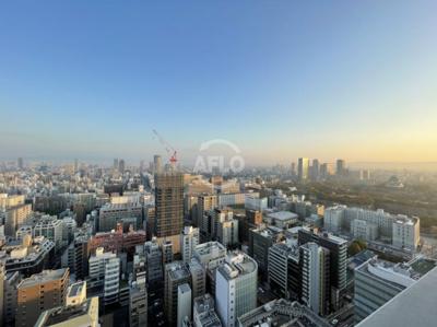 2020年12月時点。早朝は大阪城から光が注がれ活力が沸き上がります オーナーチェンジ物件 月額賃料:200,000円  想定年収:2,400,000円  表面利回り:4.80%