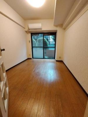 清潔感溢れる床材を使用した居室です