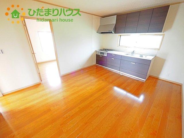 キッチンのスライド式収納は無理のない姿勢で、奥にしまった物でもラクラク取り出しできます(^^)/