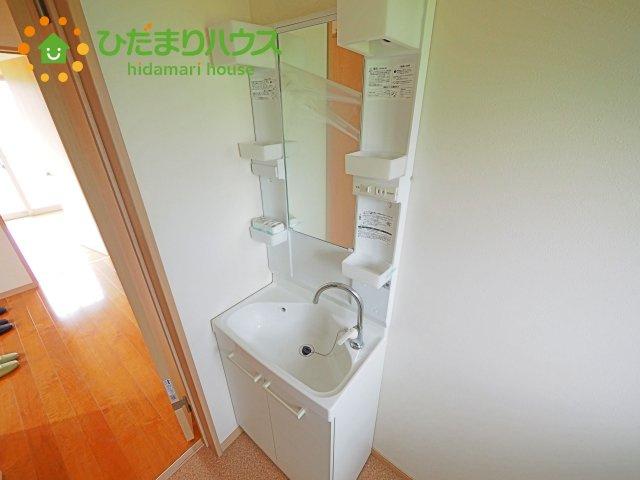 2段の収納スペース。洗面台下には、体重計をしまえる隙間あり!!