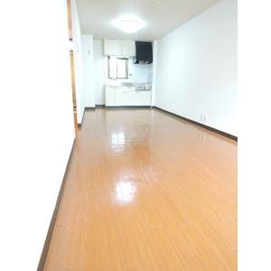 「落ち着いた色合いの床材を使用した居住空間」