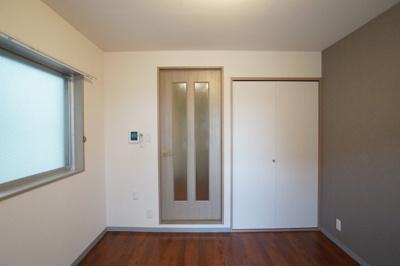同じく洋室内。エアコン・室内物干しがあります。モニターホンも設置済み(写真は他室です)