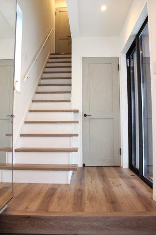 階段すっきりして玄関を明るく空間に♪ (当社施工例)