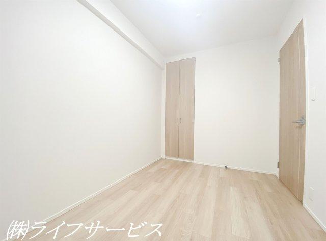 リビングルーム横の洋室5帖/引戸なので隣のリビングとつなげて使えます♪