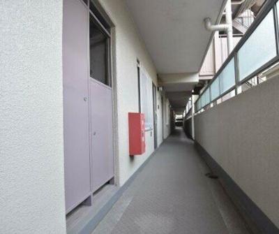 昭和町グリーンハイツの共有廊下です。