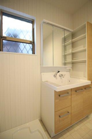 小窓付きの換気のできる洗面室♪ 収納力のある洗面台も標準です♪ (当社施工例)