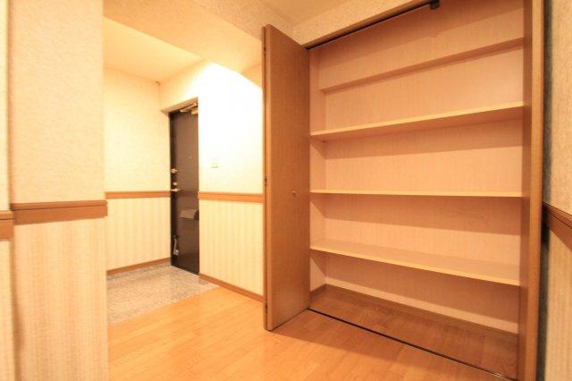 玄関ホールには大容量の共用物入があります。 毎日外出の際に必要な物が玄関にあると準備の手間が省けそうですね♪