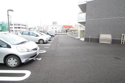 横幅にゆとりがある駐車場です。