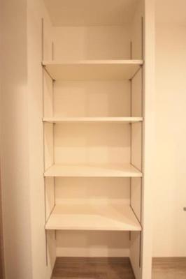 キッチン横には食器棚として使える収納あり