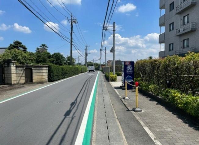前面道路には整備された歩道~周辺は緑が多く静かな住宅地