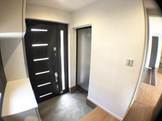 玄関収納が充実した玄関。シューズボックスはお子様でも簡単に片づけることが出来るので、キレイな玄関周りをキープしやすいです。