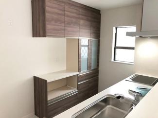 キッチンには便利な収納棚やカップボードがあり、キッチン周りの使いやすさと収納力UP。生活感もなくなり、スタイリッシュさを演出できます。