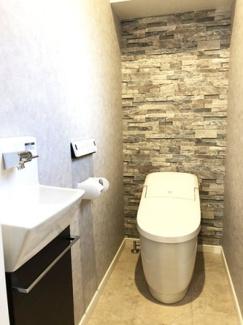 """手洗い場もあり快適なトイレ。便器は""""アクアセラミック""""で汚れがつるんと落ち、簡単お手入れで新品のようなツルツル感が100年続きます。"""