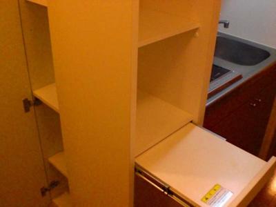 キッチン横にも収納スペースがあります