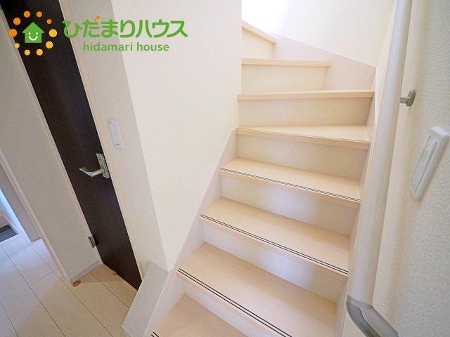 階段には安心の手すり付き!!
