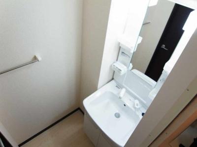 大きな鏡を備えた独立洗面台です