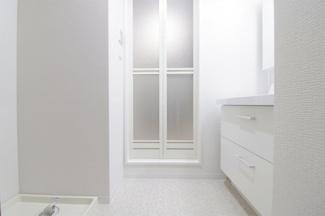 白色を基調とした洗練された洗面室です♪お手入れ無しで即ご入居していただけます(^^)