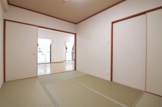 和室6帖はリビングに隣接しており、襖をオープンに指定いただくとリビングからの広がる空間を確保できますね(^^)