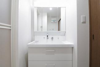 新品の洗面化粧台です♪シャワー水栓で使い勝手もいいですね(^^)鏡は三面鏡です!鏡の後ろは小物収納になっております!