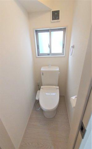 ウォシュレット機能付きトイレ♪2Fにもあるので下に降りる手間が省けて便利♪