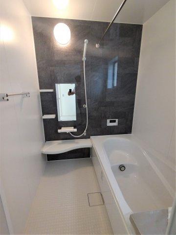 半身浴や家族浴が楽しめるエコベンチ付浴槽の広々バスルーム。湯量湯温の設定がワンタッチでできます。