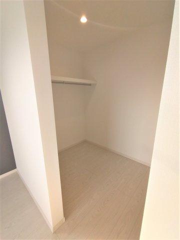 しっかりと奥行があるウォークインクローゼット。季節もの等を1ヶ所に収納できるのでお部屋が片付きます♪