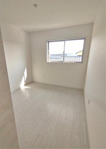 2F洋室5.2帖。白を基調とした清潔感のあるお部屋です。