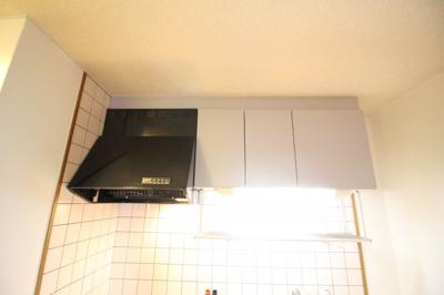 キッチン上部収納部分とダクトファン