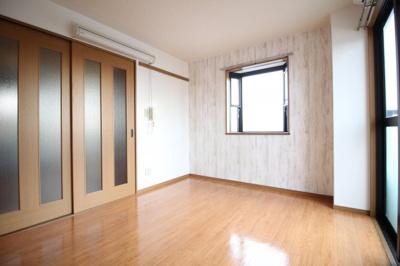 洋室 7.48帖 二面採光の明るい寝室スペース