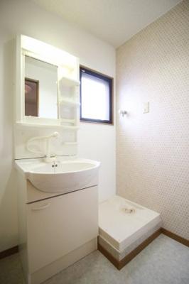 独立洗面台☆室内洗濯パン 窓があり明るい洗面所 クロスも変更済みです☆