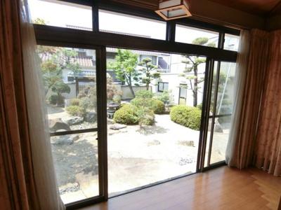 1階和室の広縁からは庭を眺めていただくことが可能。