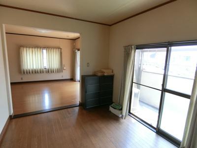 2階洋室。続き間の洋室になっています。