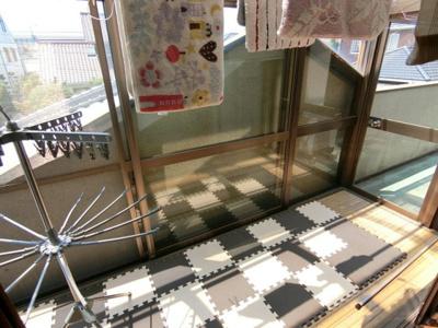 2階バルコニー。屋根付きのスペースもあるので雨の日でも洗濯物が干せます。