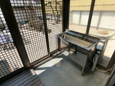テラスには流し台も付いているので、バーベキューの片付けや散歩から帰ってきたワンちゃんもここで洗えます。