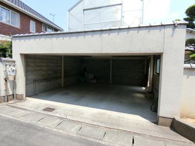 駐車スペースはビルトインガレージになっています。電動シャッター付きで汚れや日光から車や自転車を守ってくれます。