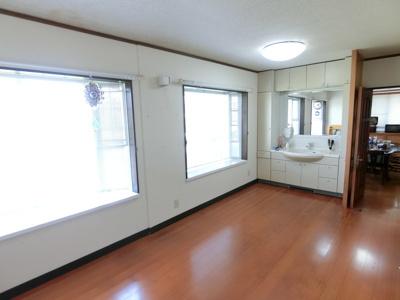 1階北側の多目的スペース。リビングとしてもお使いいただけます。お子様が遊ぶスペースなどとしても大活躍。洗面台があるので朝の通学や出勤準備もできますね♪
