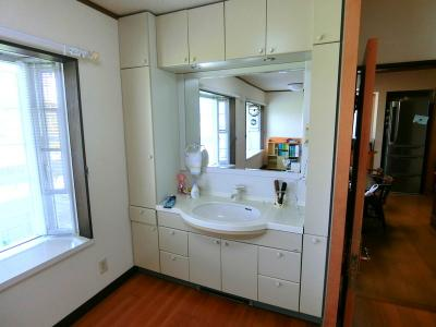 1階多目的ホールには、大型の洗面台があります。朝の忙しい時間にもここで通学・出勤の準備が出来ます。