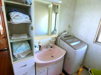 1.5階部分の洗面所です。洗濯機置き場もコチラになります。隣がお風呂。